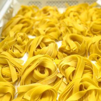 Consegna a domicilio a Roma di pasta fresca all'uovo di galline felici da allevamento all'aperto raccolte a mano